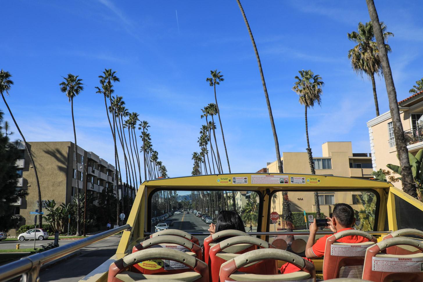 Het weer in LA maakt het prima om bovenin te zitten in de toeristenbus