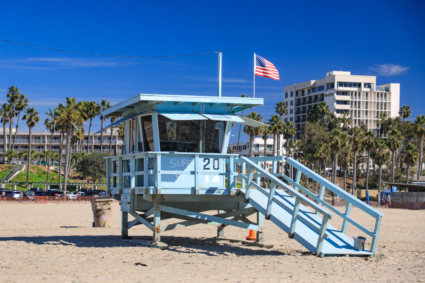 Een typisch strandwachthuisje op Santa Monica Beach